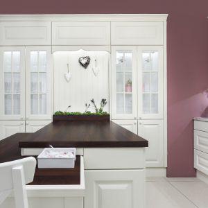 Stół w kuchni wiktoriańskiej możemy zastąpić wyspą, która dodatkowo będzie dodatkowym miejscem na przechowywanie produktów. Fot. Studio Max Kuchnie Vigo