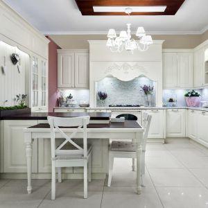 Styl wiktoriański najlepiej prezentuje się w dużych, przestronnych pomieszczeniach. To właśnie duże przestrzenie potrafią wyeksponować wszystkie detale, które tej aranżacji dodają szyku. Fot. Studio Max Kuchnie Vigo