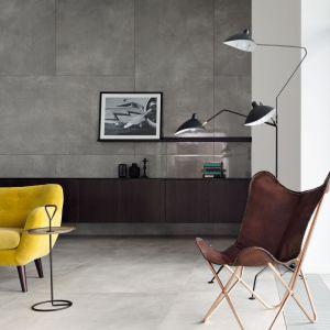 Aranżacja salonu z kolekcjami Epoxy Graphite oraz Epoxy Grey. Fot. Tubądzin Monolith