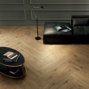 Aranżacja salonu z kolekcją Wood Pile Natural. Fot. Tubądzin Korzilius