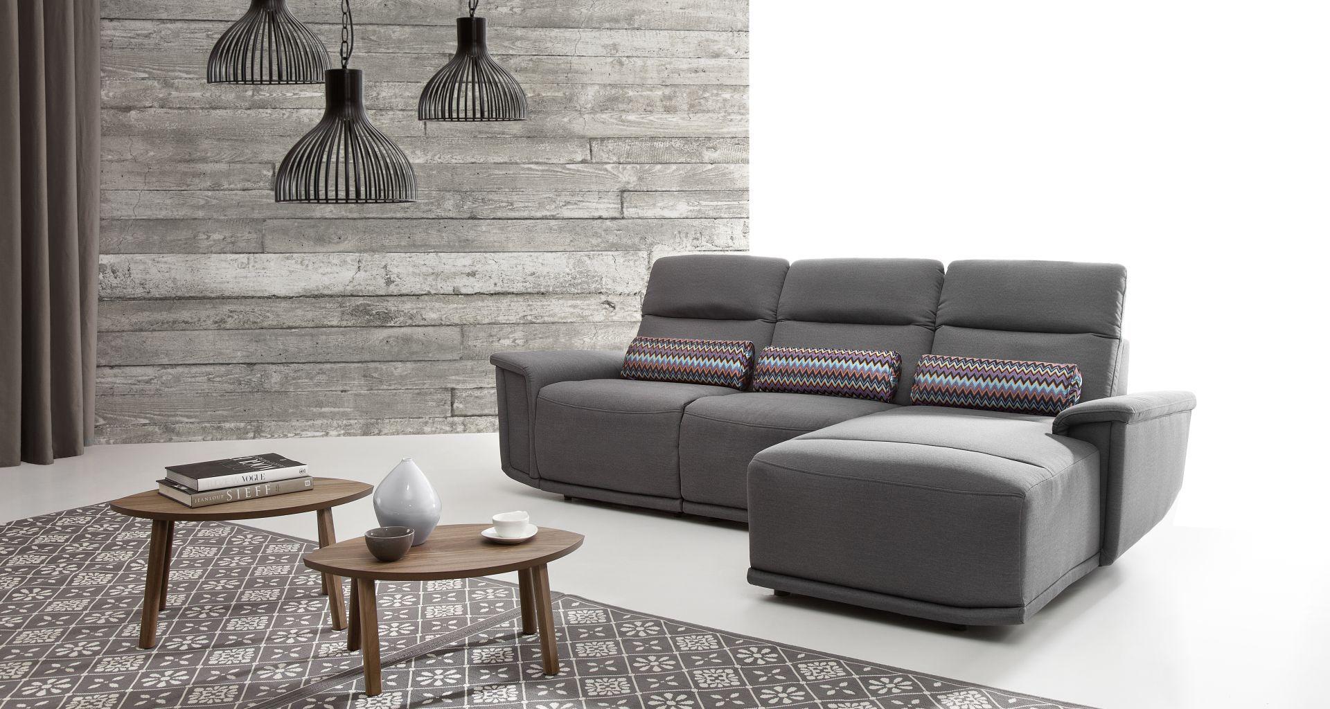 Charakterystycznym elementem sofy Virgo są asymetrycznie wyprofilowane boki oraz ukośne podłokietniki. Fot. Etap Sofa