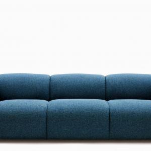 Sofa Swell zaprojektowana została przez Jonasa Wagella. Jej obłe kształty inspirowane są rosnącymi w piecu bochenkami chleba. Mimo, że sofa pozbawiona jest ozdób, jej bryła zwraca na siebie uwagę. Fot. Normann Copenhagen