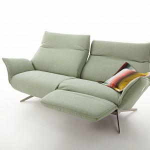 Niewielka sofa w wielkim stylu. Evita dostarczy doznań estetycznych oraz zapewni nieopisaną wygodę, dzięki regulacji nachylenia siedziska. Wszystko za pomocą panelu sterowania, abyś nie musiał wstawać z miejsca. Fot. Koinor
