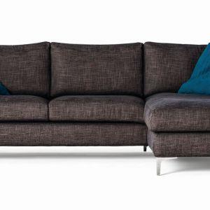 Narożnik Basic to połączenie wysokiego komfortu z niezawodną klasyką. Smukłe nogi dodają sofie lekkości, zaś miękkie poduchy niezwykłej przytulności. Sofa ma ponadczasowy design, który sprawdzi się w każdym salonie. Fot. Prostoria