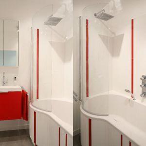 Wanna z parawanem w małej łazience. Projekt: Iza szewc. Fot. Bartosz Jarosz