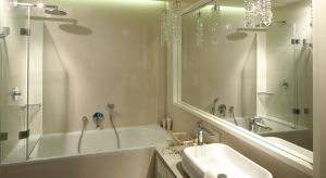 Choć wielu z nas korzysta z kabin prysznicowych, najbardziej popularnym wyposażeniem kąpielowym polskich domów wciąż są wanny. W jaki sposób parawan zwiększa komfort tej czynności? Naco zwracaćuwagędecydując się na jego kupno?