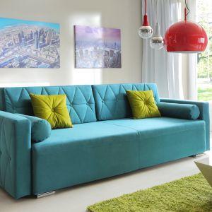 Sofa Belisa wyróżnia się modną tkaniną w kolorze turkusowym. Cena 1.559 zł. Fot. Exline