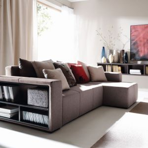 Narożnik Mateo to komfortowy model, który można ustawić w kącie ściany. Dzięki półkom umieszczonym w boku narożnika mamy miejsce do przechowywania ulubionych książek. Cena 1.799 zł Fot. Black Red White
