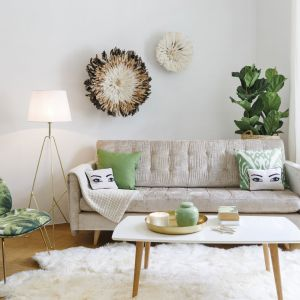 Fotel tapicerowany tkaniną z motywem tropikalnym ożywi wnętrze. Fot. Westwing