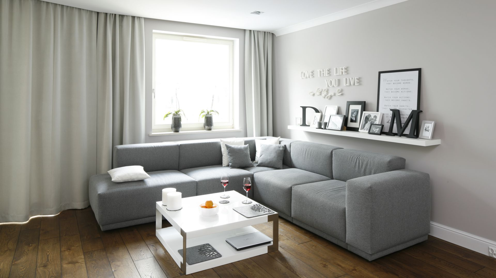 Szary salon jest nowoczesny i elegancki, a także bardzo komfortowy. Projekt Karolina Łuczyńska. Fot. Bartosz Jarosz