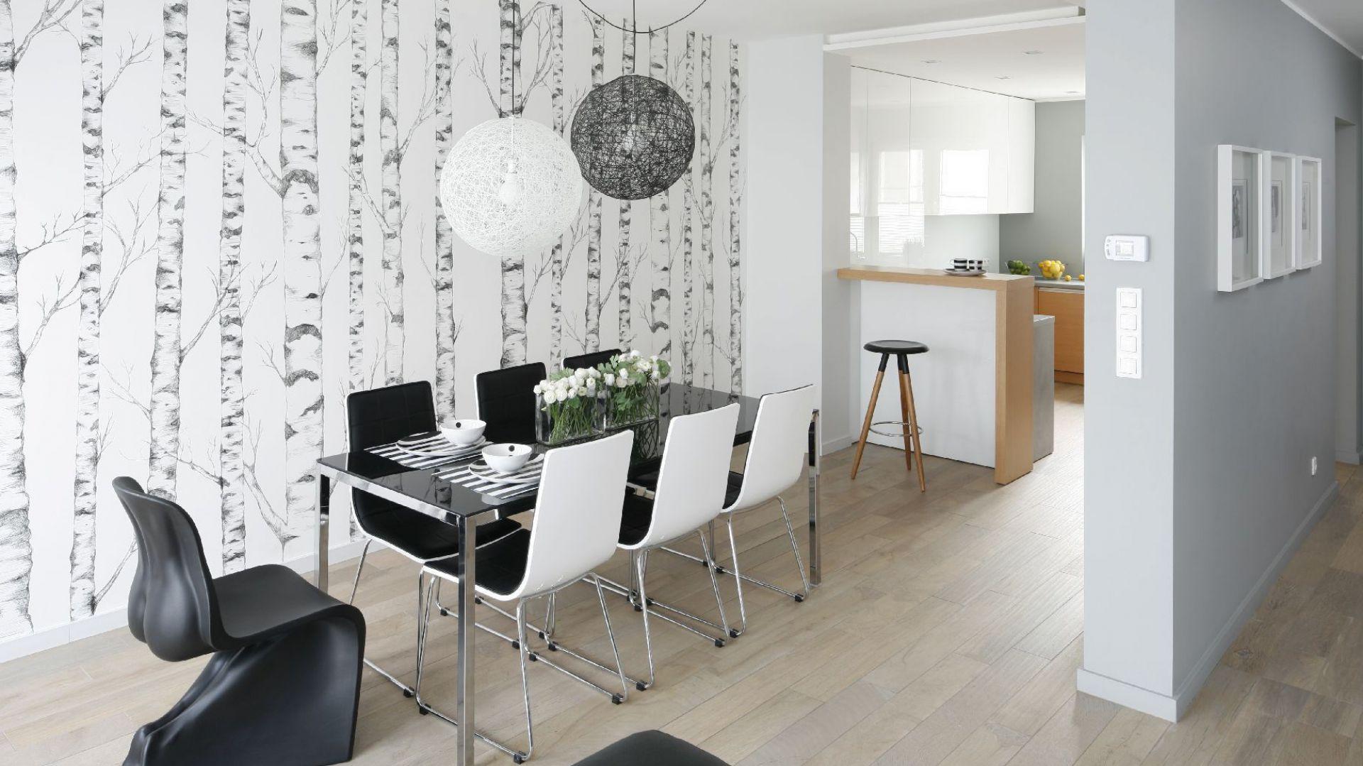 Nietypowe krzesło ustawione przy jadalnianym stole będzie zwracać na siebie uwagę. Projekt: Beata Kruszyńska. Fot. Bartosz Jarosz