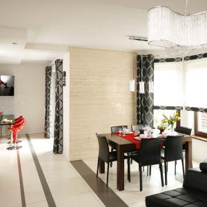 Jadalnia otwarta na salon powinna stylistycznie z nim korespondować. Projekt: Marta Kilan. Fot. Bartosz Jarosz