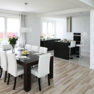 Wygodne, tapicerowane krzesła sprawią, że w jadalni będzie można z przyjemnością przesiadywać dłuższy czas. Projekt: Karolina i Artur Urban. Fot. Bartosz Jarosz