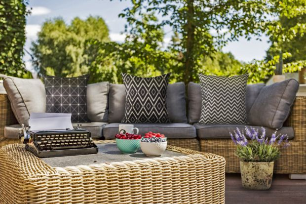 Latem najchętniej spędzamy czas poza domem, ciesząc się promieniami słońca i ciepłym powietrzem. Aby na tarasie czy balkonie było jeszcze przyjemniej, warto udekorować go dodatkami w letnim stylu.