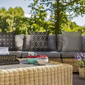 Udekorowany taras lub balkon to wspaniałe miejsce na spędzanie czasu latem. Fot. Eurofirany
