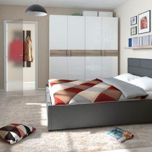Półki dostępne w ramach kolekcji Antica. Można je zamontować nad zagłowiem łóżka, dzięki temu książki pozostają na wyciągnięcie ręki. Fot. Black Red White