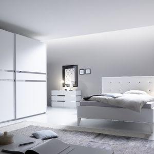 Białe meble w wersji total look to rozwiązanie dla osób kochających śnieżnobiałe wnętrza. Fot. MC Akcent