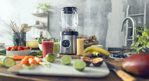 Lato to idealny czas, by jeść więcej warzyw i owoców. Tym bardziej, że właśnie teraz smakują one najlepiej. Aby przygotować sycące i lekkie danie wystarczy raptem kilka składników.