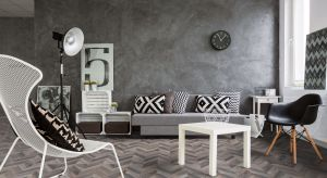 Szukasz pomysłu na modny wystój szarego salonu? Chcesz podkreślić jego charakter? Postaw na styl loft i modny wzór jodełki.