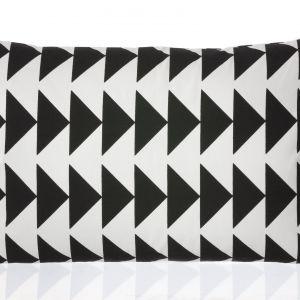 Geometryczna grafika zdobi poduszki Black. Fot. Ferm Living