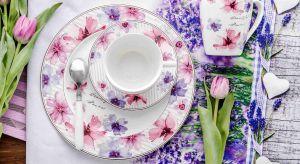 Delikatne róże, błękity czy zielenie to barwy wprost stworzone do letnichstylizacji. Dzięki nim na naszych stołach rozkwitną pąki kwiatów – malowanych na porcelanie czy w żywych kompozycjach.