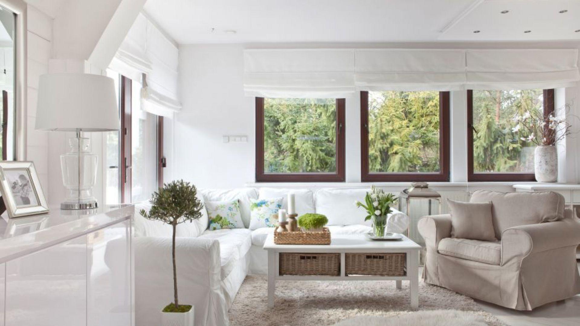 W małym wnętrzu cenny jest każdy kawałek przestrzeni do przechowywania. Dlatego do takich mieszkań warto wybrać meble, które mogą pełnić wiele funkcji. Fot. Dekoria.pl
