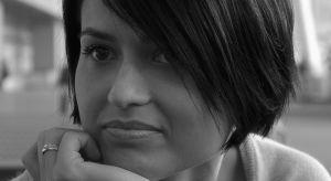 Ukończyła wydział Architektury i Urbanistyki na Politechnice Białostockiej. Miłośniczka designu użytkowego i architektury skandynawskiej. Prowadzi autorską pracownię projektowania wnętrz MANEKINEKO.
