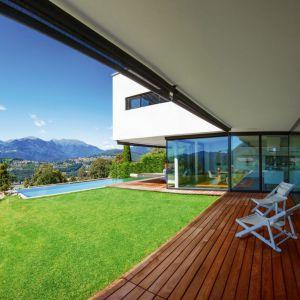 Deska tarasowa DLH sprawia, że balkon i taras jest wygodny w użytkowaniu. Materiał jest wytrzymały oraz odporny na intensywne użytkowanie. Fot. DLH
