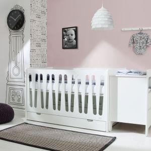 Łóżeczko Moon to nowoczesna kolekcja w modnej bieli. Dzięki zdejmowanym bokom łóżeczko można zamienić w tapczanik. Fot. Pinio