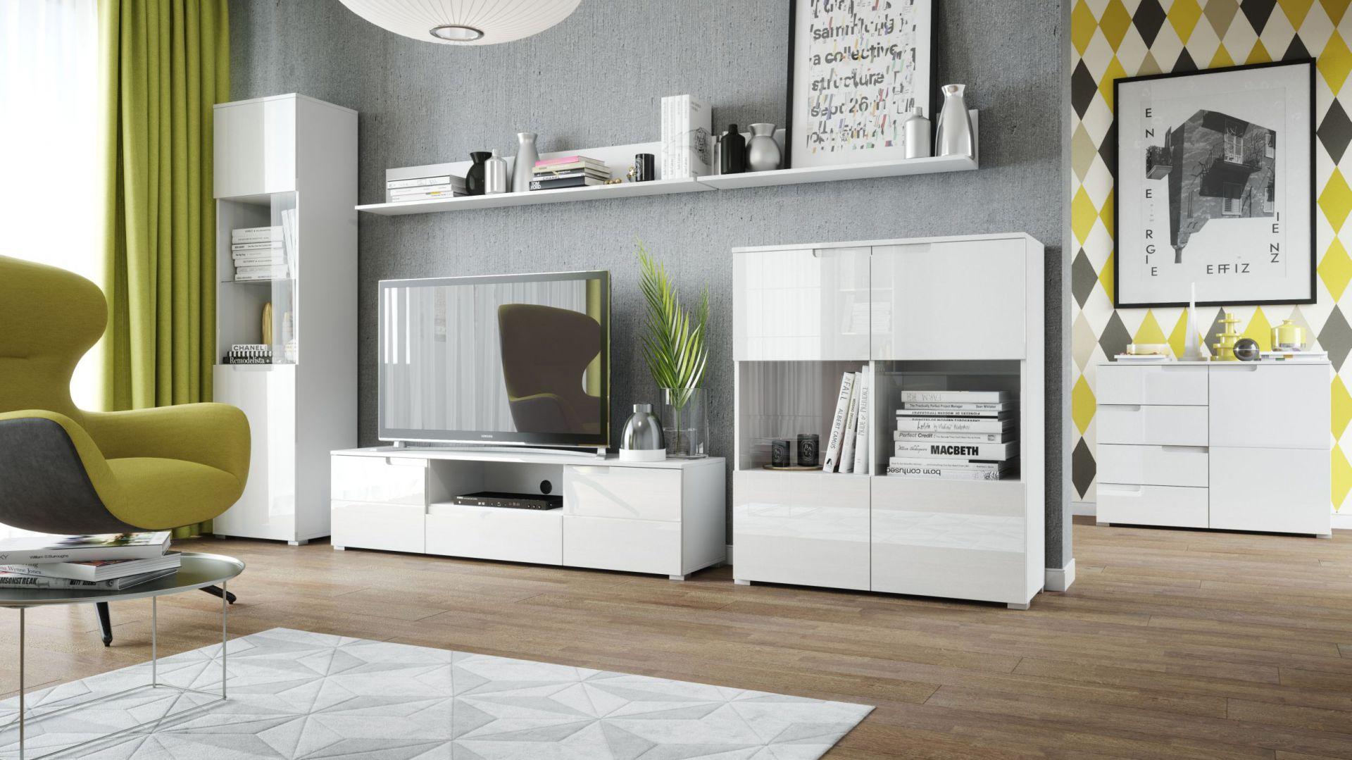 Kolekcja Selene w białym kolorze podkreślonym wysokim połyskiem, pozwala na stworzenie nowoczesnego wnętrza. Fot. Szynaka Meble