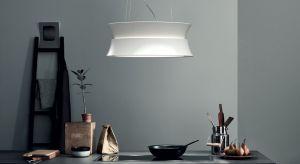 Okap o nowoczesnym designie stanowi połączenie dwóch pierścieni, przez które wydobywa się dekoracyjne, ciepłe światło.