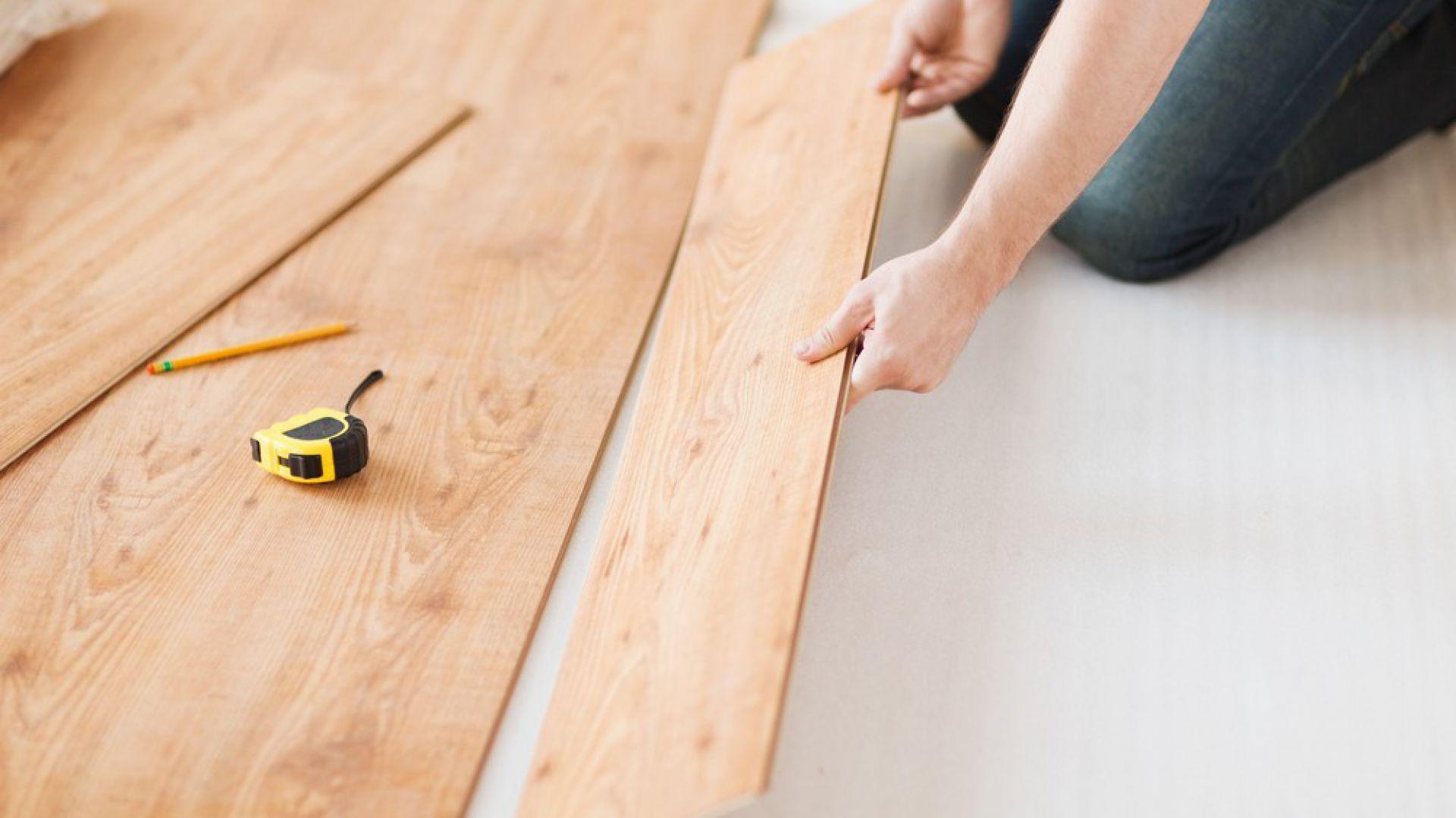Układanie kolejnego rzędu paneli należy rozpoczynać od ostatniego fragmentu panelu z rzędu poprzedzającego (ten nie powinien być krótszy niż 40 cm – co pozwoli lepiej prezentować się gotowej podłodze, gdy panele będą miały podobną długość). Fot. Lange Łukaszuk