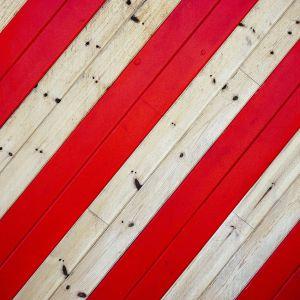 Malowanie drewnianej podłogi. Fot. Domalux
