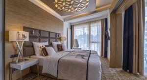 RezydencjaNosalowy Dwórto luksusowy hotel w Zakopanem. Hotel łączy w sobie funkcje noclegowe z ofertą rekreacyjną pobliskiego resortu. To projekt, czerpiący swoją stylistyką z najlepszych wzorców architektury górskiej krajów alpejskich. Zos