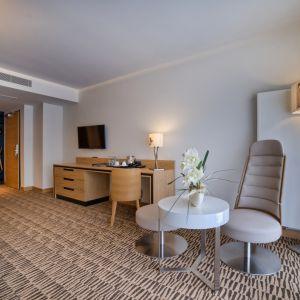 Aranżacja wnętrza w hotelu  Nosalowy Dwór - architektura inspirowana najlepszymi zimowymi kurortami. Fot. Luxrad