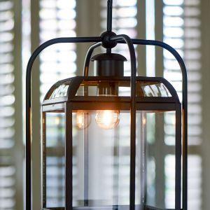 Modne meble i dodatki: poduchy i lampiony. Fot. HOUSE&more