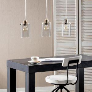 Prosta lampa wisząca Vancouver III wykonana ze szkła i metalu. Swoją formą nawiązuje do stylu industrialnego. Idealnie sprawdzi się w jadalni, powieszona bezpośrednio nad stołem. Fot. Dekoria