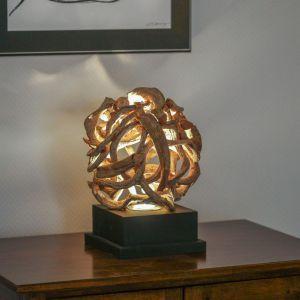 Egzotyczna lampa stołowa Akar wykonana z korzeni drzewa. Powyginane gałęzie wprowadzą do pomieszczenia wrażenie bezpośredniej bliskości z naturą. Światło, które będzie przez nie przenikać, wytworzy na ścianie wyjątkowe świetlne iluminacje. Fot. Dekoria