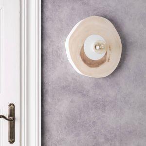 Kinkiet Circular wykonany z unikalnego drewna – doskonałe rozwiązanie dla miłośników stylu rustykalnego lub industrialnego. Lampa z pnia drzewa to również bardzo ekologiczny dodatek do wnętrza. Fot. Dekoria