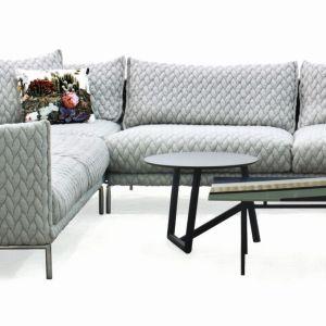 Sofa Gentry ma niesamowitą strukturę tkaniny i dostępna jest w gołębim odcieniu szarości. Fot. Galeria Wnętrza