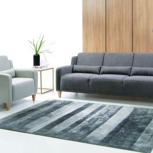 Sofa Cabo zapewnia wygodę dla pleców, dzięki dodatkowym poduszkom na oparciu. Modny szary kolor producent połączył z drewnianymi nóżkami. Fot. Etap Sofa