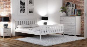 Minimalistyczna sypialnia to pomieszczenie o wyjątkowej atmosferze. Nie przytłacza dekoracjami, pozwalając wyciszyć się i wypocząć - szczególnie, jeżeli znajdzie się w niej superwygodne łóżko. Pytanie, jakie wybrać – białe, szare czy w ko