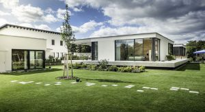 Trend łączenia wnętrza z otoczeniem zewnętrznym to już obowiązujący kierunek w architekturze, zarówno obiektów publicznych jak też domów prywatnych.