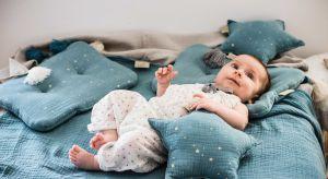 Noworodki i niemowlęta wymagają szczególnej opieki i specjalnych warunków. Dlatego komponując wyprawkę, mamy sięgają po najdelikatniejsze naturalne tkaniny, wykluczające alergie.