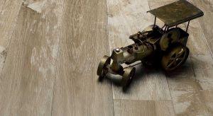 Lato to najlepszy czas na remont, a tym samym, na montaż ogrzewania podłogowego. Modnym rozwiązaniem jest dziś montaż drewna na podłogówce.