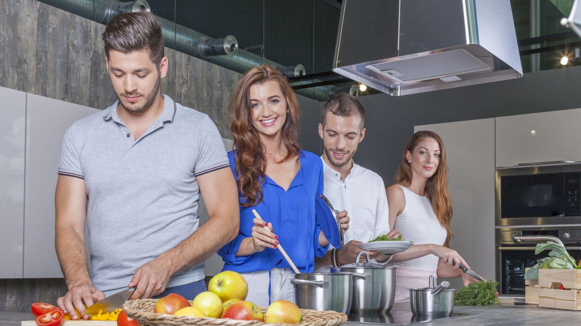 Wspólne gotowanie w kuchni. Fot. Kernau