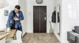 Drzwi wejściowe Credo to minimalistyczne wzornictwo projektu Ewy Śliwińskiej, które charakteryzuje się wysokimi walorami bezpieczeństwa. Model powstał we współpracy z renomowanym producentem zamków i zabezpieczeń dla domu, firmą Gerda.