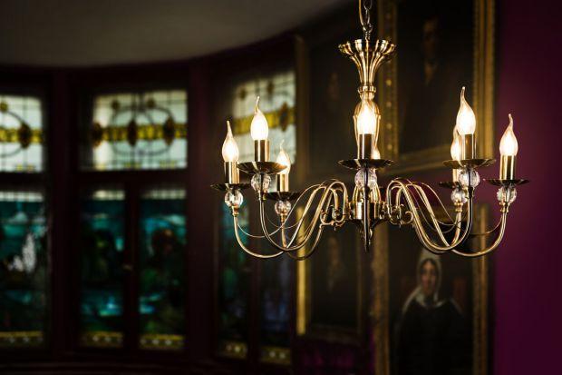 Oświetlenie do salonu: klasyczne żyrandole