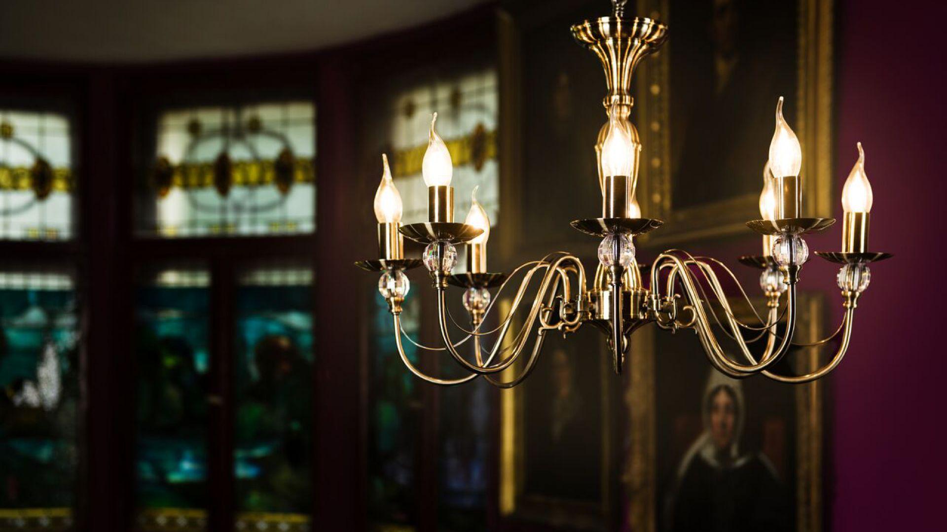 Klasyczne żyrandole do salon. Model: Garda. Fot. Britop Lighting
