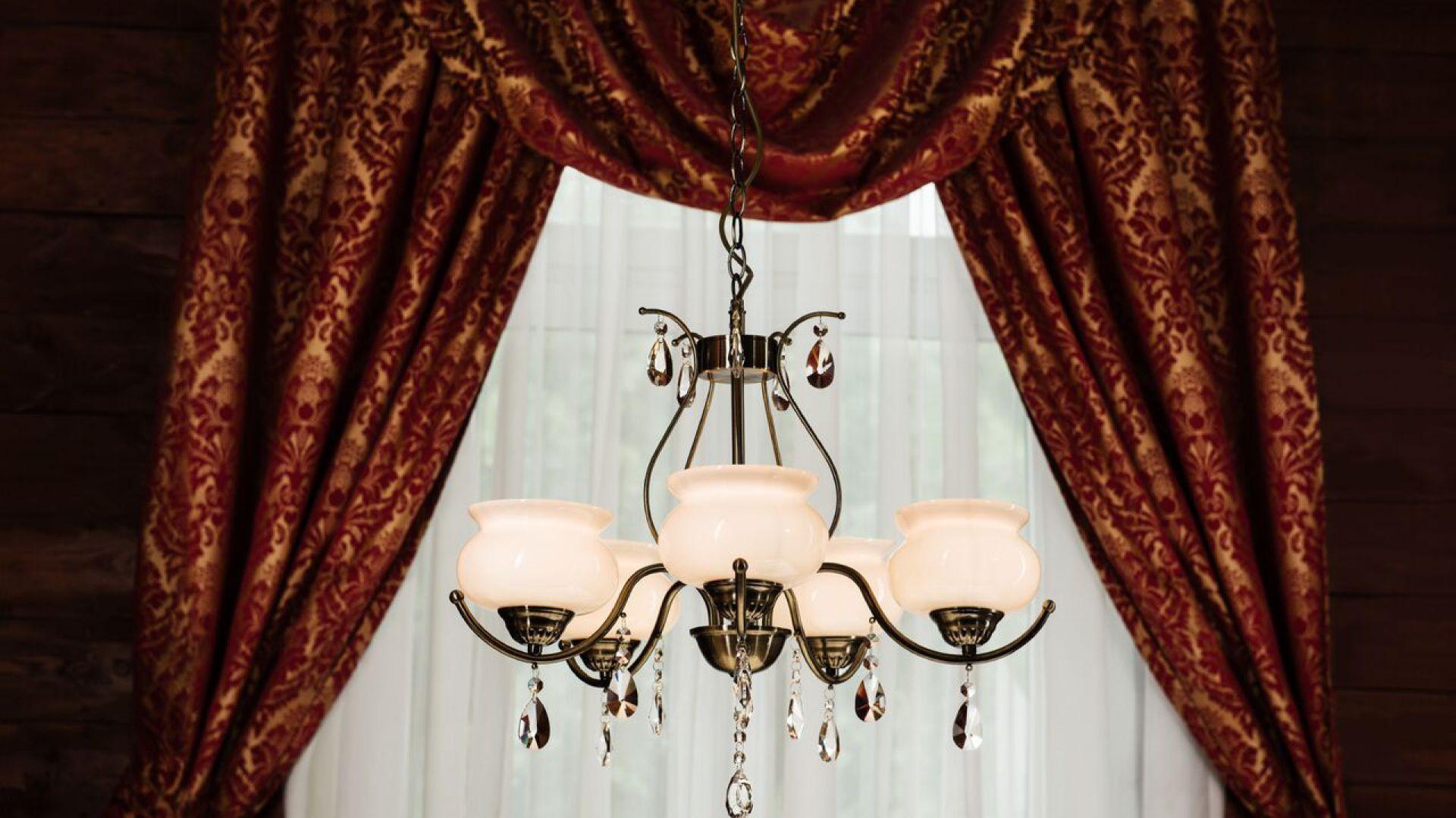Klasyczne żyrandole do salon. Model: Alpena. Fot. Britop Lighting